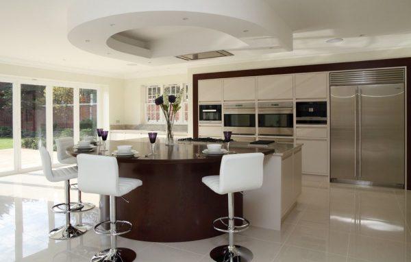 круглая барная стойка на кухне