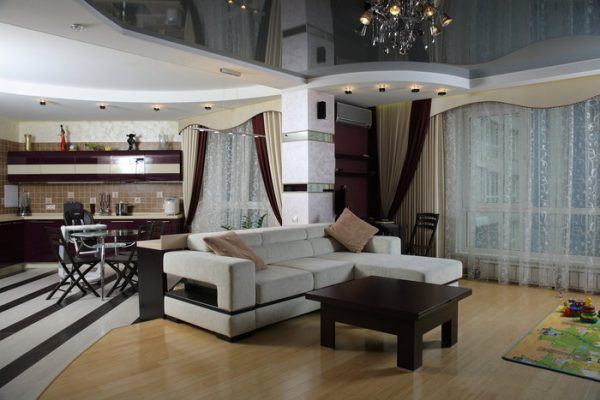 многоуровневый потолок и пол на кухне студии