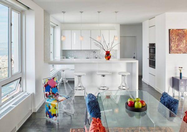 белый интерьер кухни с яркими стульями