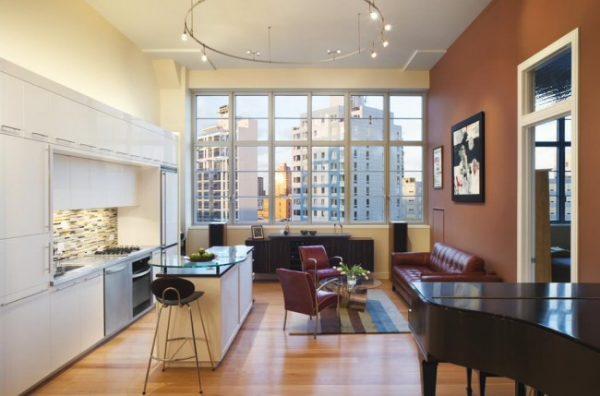 панорамное окно и рояль в интерьере кухни студии