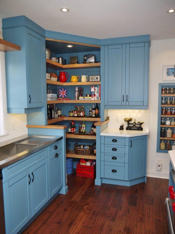 угловая голубая кухня с открытыми полками