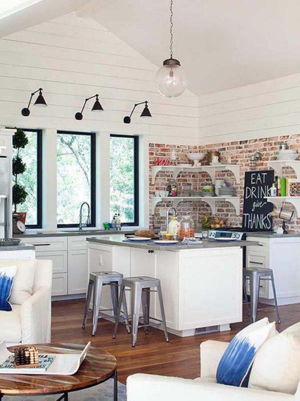 светильники над окнами на кухне