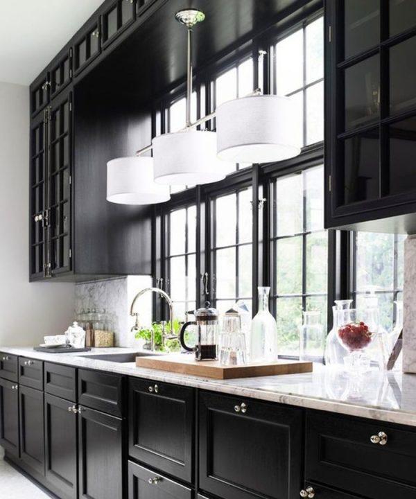 кухонный гарнитур вокруг окна