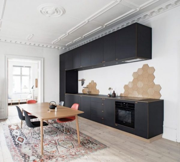 чёрная скандинавская кухня с лепниной на потолке