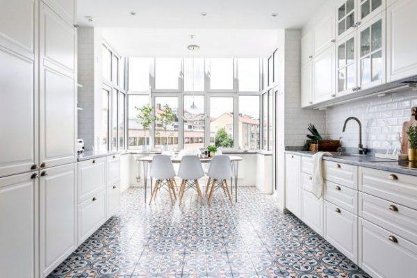окно без штор на кухне в скандинавском стиле