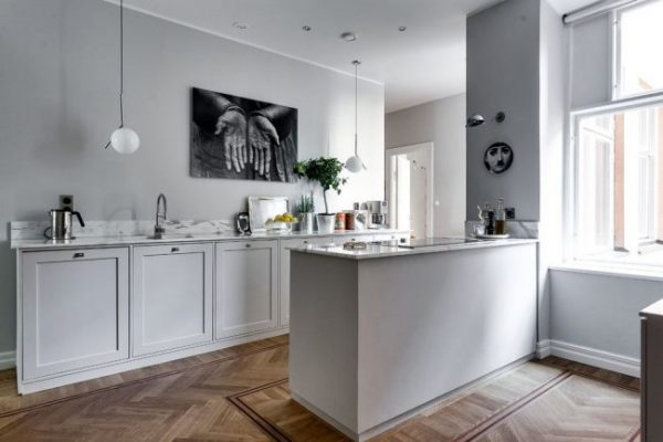 скандинавская кухня с чёрно белой картиной