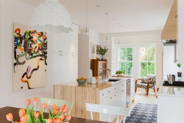 скандинавская кухня с картиной на стене