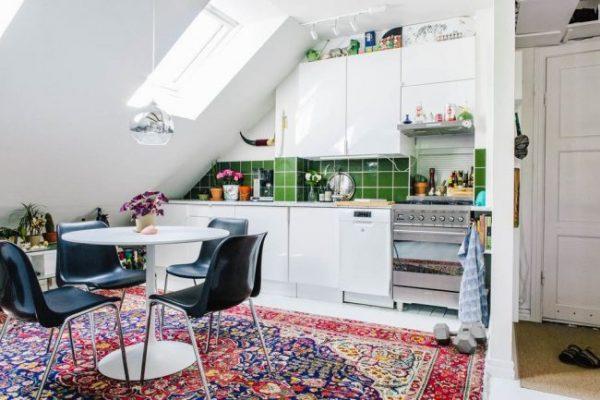 яркий ковёр на кухне в скандинавском стиле