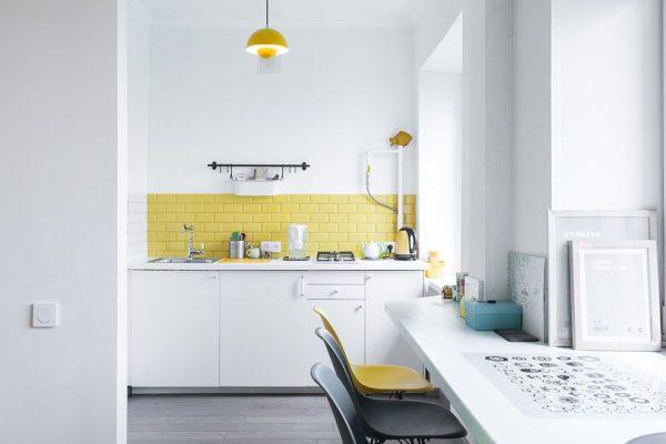 жёлтый фартук на кухне в скандинавском стиле