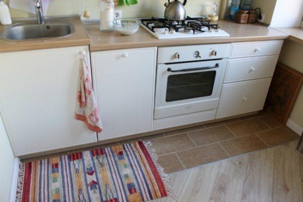 плитка и ламинат на кухне