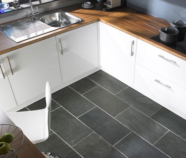 кафель на полу маленькой кухни