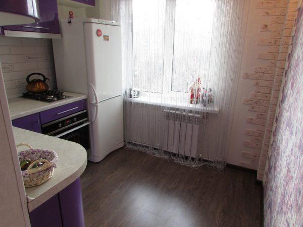 линолеум на полу маленькой кухни в хрущёвке