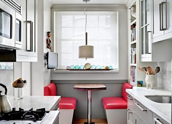 обеденная зона с диванчиками на маленькой кухне