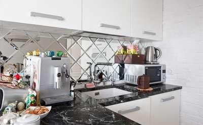 зеркальный рабочий фартук на маленькой кухне
