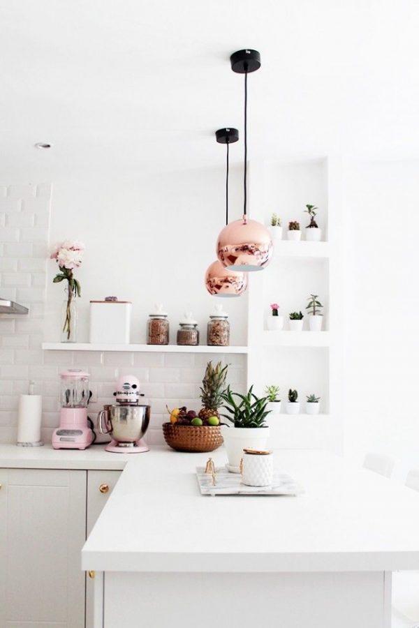 светильники с золотом и цветы в маленькой кухне