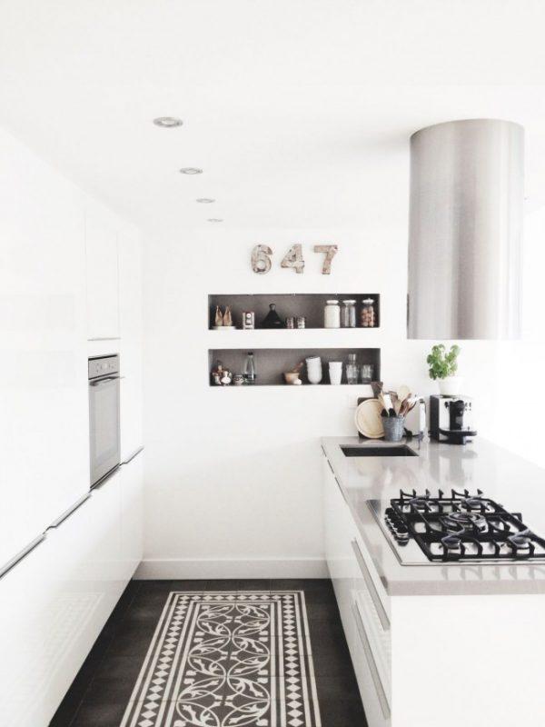 мощная вытяжка стильная в маленькой кухне
