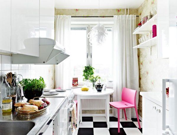 розовая мебель на кухне хрущёвке