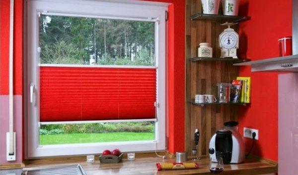 красные окрашенные стены на кухне хрущёвке и шторы плиссе