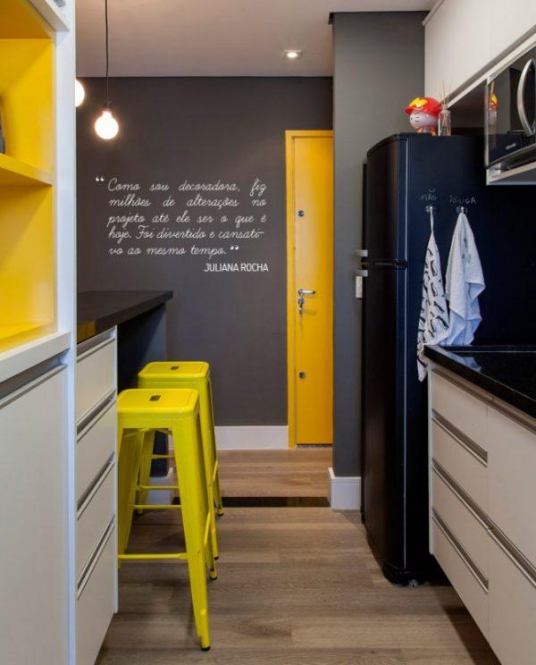 чёрный холодильник в маленькой кухне