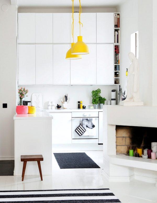 яркие светильники на маленькой кухне
