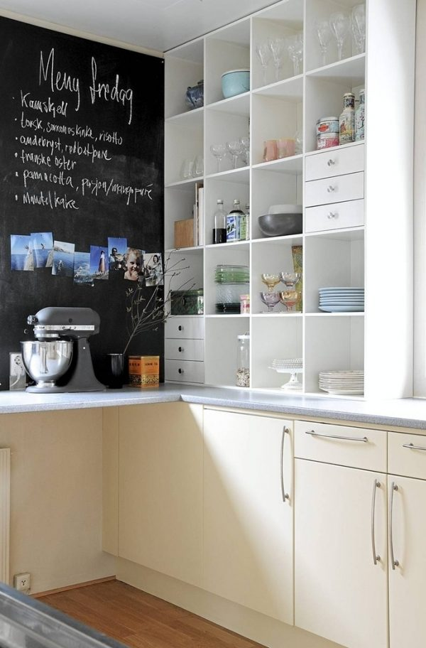 доска грифельная для записок в маленькой кухне