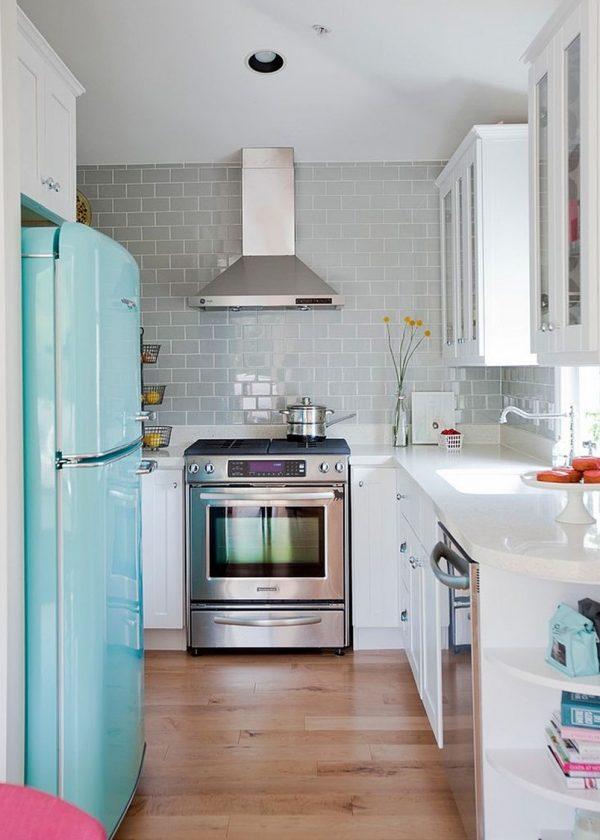 голубой холодильник ретро в интерьере хрущёвки кухни