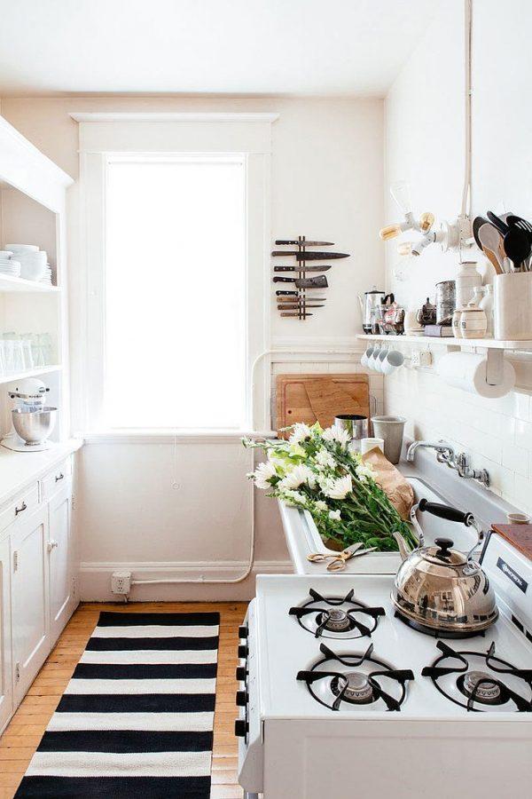 персиковые стены в маленькой кухне