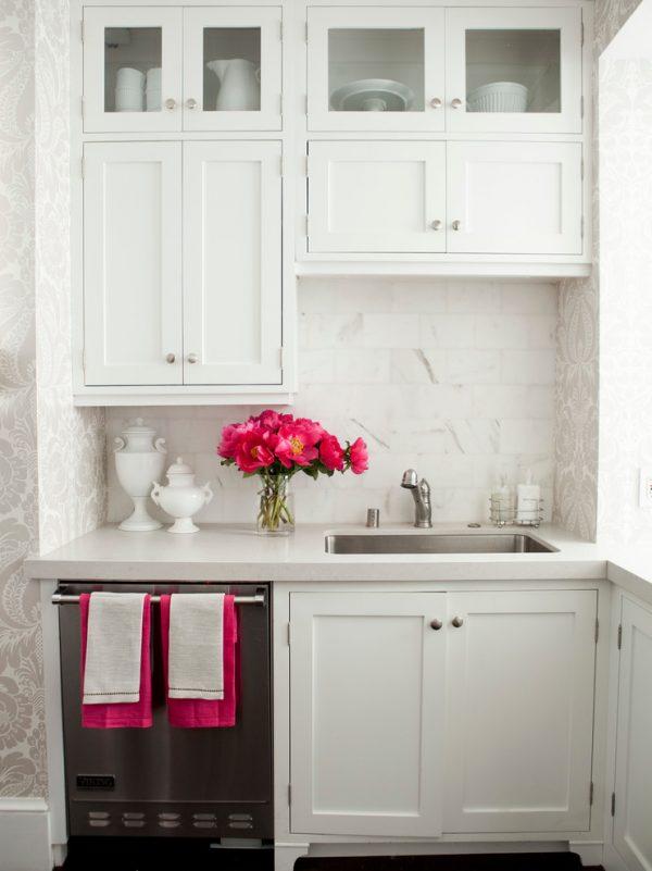 яркие цветы на белой кухне хрущёвке