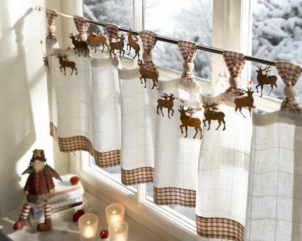 шторки кафе на кухне с декором оленями