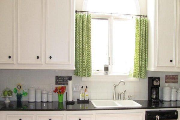 маленькая кухня с короткими шторками