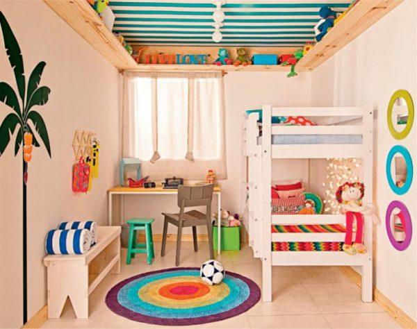яркий декор на стенах детской комнаты мальчика в морском стиле