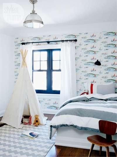 палатка из простыни и палок в детской комнате мальчика в морском стиле