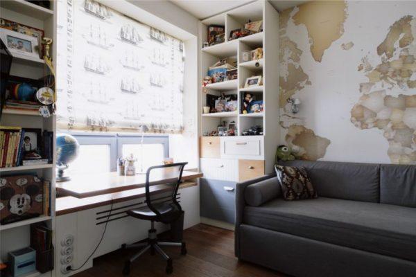 письменный стол на подоконнике в комнате в морском стиле