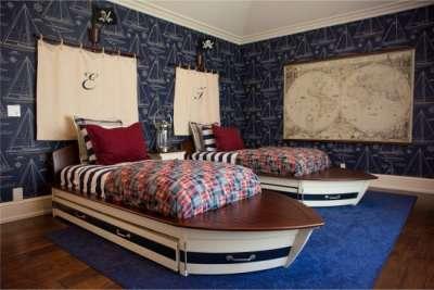 две кровати в виде лодок в детской в морском стиле
