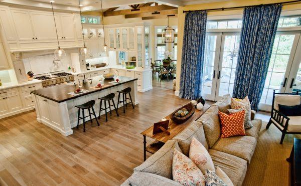 для большой кухни гостиной подойдут прямые шторы