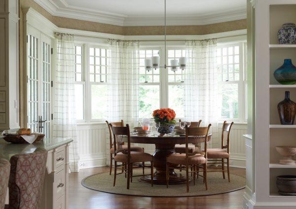 полупрозрачные шторы в эркере на кухне