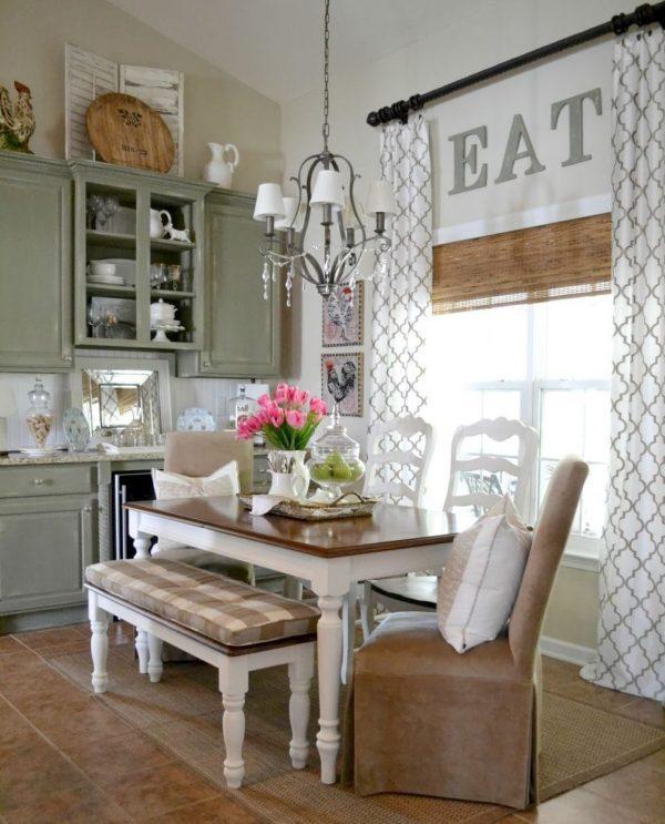 прямые шторы вместе с рулонными возле стола