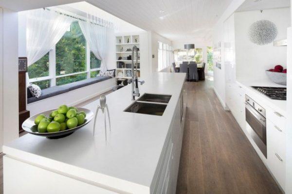белые шторки на кухне