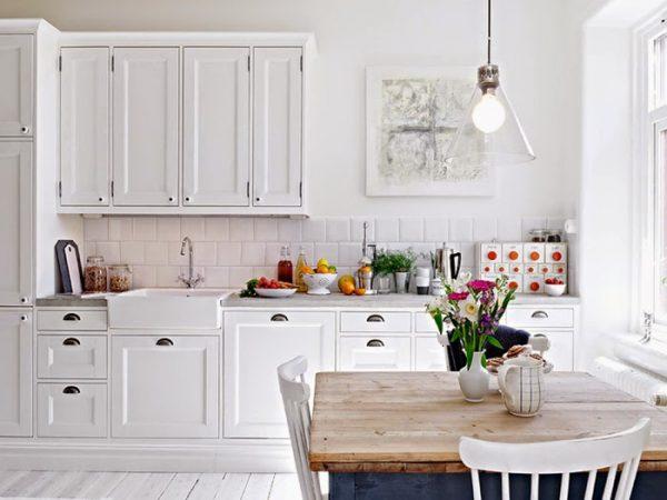 интерьер белой классической кухни