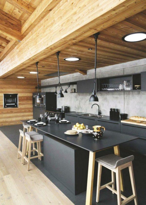 чёрная кухня с деревянными стенами и потолком