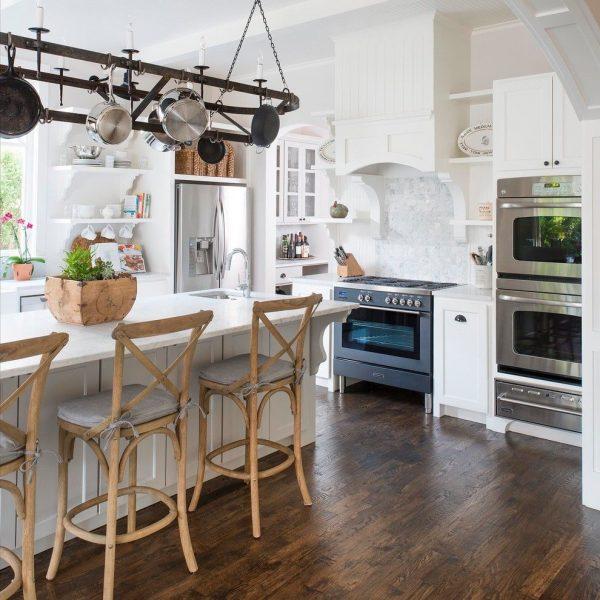 островной стол на светлой кухне