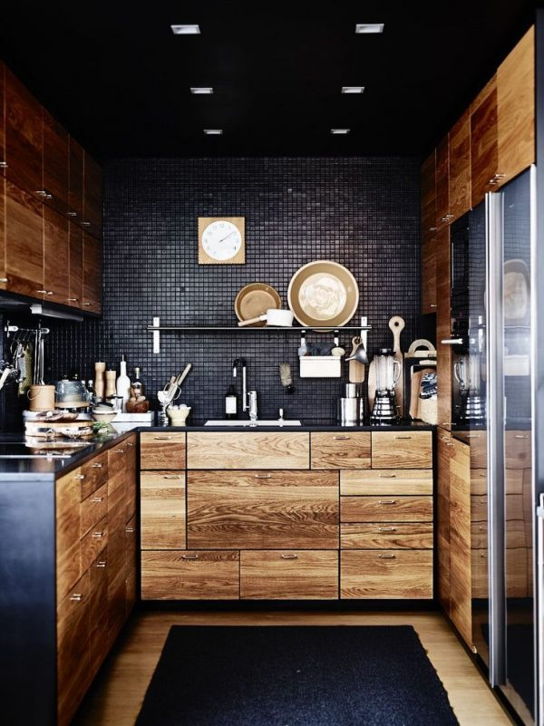 мозаичная стена чёрного цвета на кухне