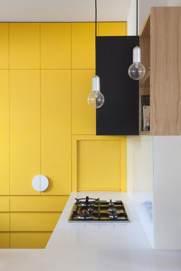 модные светильники на ножках жёлтой кухни