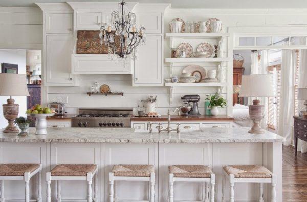 открытые полки на белой кухне