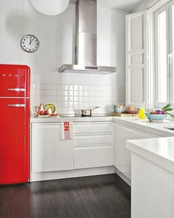 смег красный на белой кухне