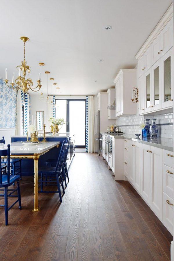 синий остров на белой кухне