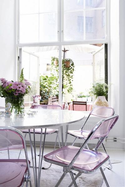 лавандовый оттенок на белой кухне