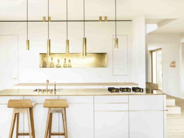 освещение белой кухни с островом