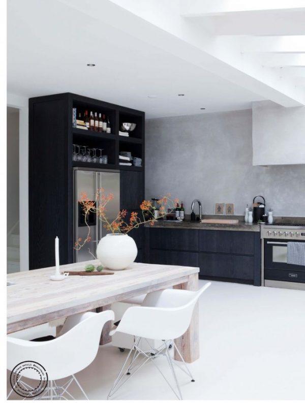 чёрный шкаф на белой кухне