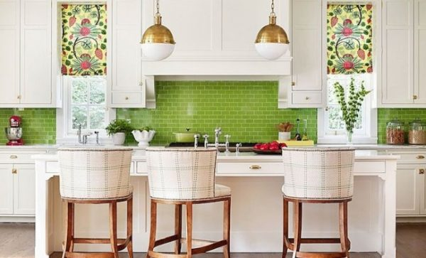 зелёный фартук на белой кухне